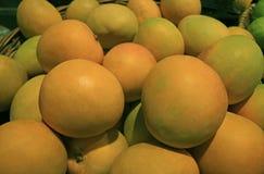 Куча свежих зрелых манго в корзине Стоковое Фото
