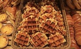 Куча свежих испеченных бельгийских Waffles в корзине Стоковое фото RF