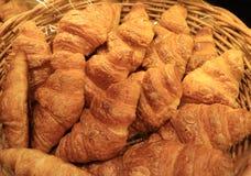 Куча свежих испеченных печениь круассана миндалины в корзине Стоковое фото RF