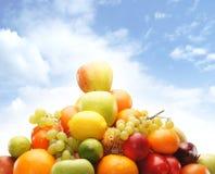 Куча свежих и вкусных фруктов и овощей изолированных на белизне Стоковые Фото