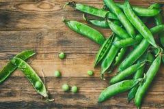 Куча свежих стручков сладостных зеленых горохов Стоковые Изображения RF
