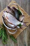 Куча свежих сырых рыб на деревянной предпосылке Взгляд сверху вырезуб Стоковые Фотографии RF