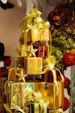 Куча сияющих подарочных коробок украшенных в рождественской елке с украшениями орнамента рождества Стоковое Изображение RF