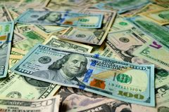 Куча Соединенных Штатов 100 счетов доллара $100 с селективным фокусом Стоковое Фото