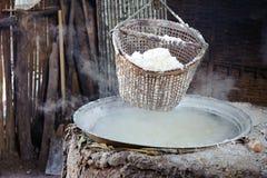 Куча соли в лотке соли на сельском районе Таиланда Стоковые Фотографии RF
