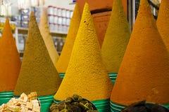 Куча специй на souq рынка в Marrakech Стоковая Фотография
