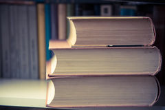 Куча старых книг на полке в библиотеке Стоковые Изображения