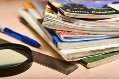 Куча старых тетрадей на таблице студента стоковая фотография