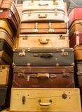 Куча старых чемоданов мешка год сбора винограда стоковое фото rf