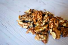 Куча стерженей грецкого ореха на деревянной поверхности Стоковое фото RF