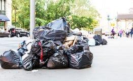 Куча сумок отброса на улице города Стоковые Изображения