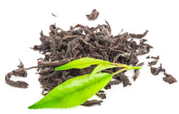 Куча сухого черного чая с листьями зеленого чая Стоковое Фото