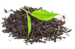 Куча сухого черного чая с листьями зеленого чая Стоковая Фотография RF