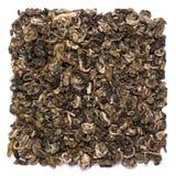Куча сухой улитки Bilochun зеленого чая изолированной на белой предпосылке Стоковое Изображение RF