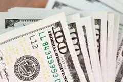 Куча 100 счетов доллара США на таблице Стоковые Изображения RF
