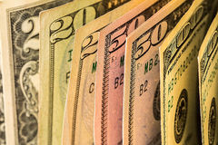 Куча счетов доллара США на таблице Стоковая Фотография