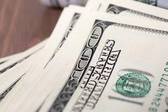 Куча 100 счетов доллара США Стоковые Изображения