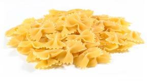 Куча сырого итальянского farfalle макаронных изделий на белизне Стоковые Фотографии RF