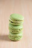 Куча сладостных зеленых macaroons Стоковое Фото