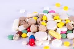 Куча таблеток и пилюлек и капсулы Стоковые Изображения RF