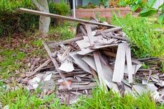Куча тимберса отброса в доме конструкции восстанавливает место Стоковое Фото