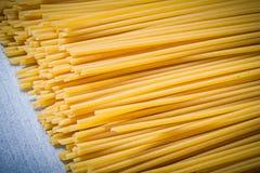 Куча тонких спагетти на голубой предпосылке сразу над едой Стоковые Фото