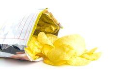 Куча хрустящих корочек картошки на белизне Стоковое Фото