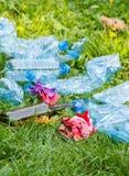 Куча хлама на зеленой траве в парке, концепции засаривать окружающей среды Стоковая Фотография
