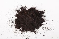 Куча черной плодородной почвы на белой предпосылке Грязь кучи на белой предпосылке Концепция дня почвы мира стоковая фотография rf