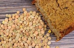 Куча чечевицы и домодельного пирога на деревянной предпосылке Стоковые Изображения