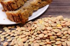 Куча чечевицы и домодельного пирога на деревянной предпосылке Стоковое Изображение