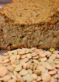 Куча чечевицы и домодельного пирога на деревянной предпосылке Стоковое Фото