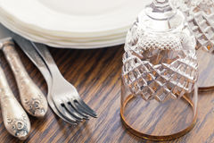 Куча чистых белых плит и стекел вина на таблице Стоковое Изображение RF