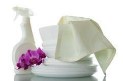 Куча чистых блюд, тензида, полотенца и цветка орхидеи изолированного на белизне Стоковые Фотографии RF