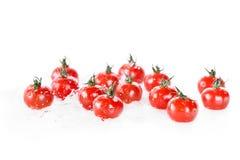 Куча чистых влажных томатов вишни изолированных на белых, свежих овощах Стоковое Фото
