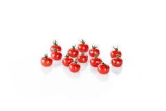 Куча чистых влажных томатов вишни изолированных на белых, свежих овощах Стоковая Фотография