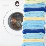 Куча чистых полотенец с стиральной машиной стоковое фото rf
