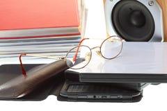 Куча читателя eBook стекел книг, на белизне Стоковые Изображения RF