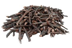 Куча штабелированного швырка, подготовленная для нагревать дом Собирать древесину огня для зимы или костра стоковые изображения