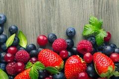 Куча ягод на деревянном столе, конце-вверх Стоковое Изображение RF