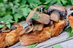 Куча bruschetta с чесноком и петрушкой гриба Стоковое Изображение
