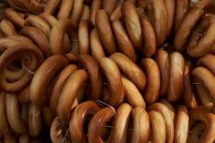 Куча donuts, связанная с белым потоком Стоковая Фотография