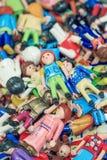 Куча multi покрашенных малых марионеток в стойле рынка, Антверпене, Бельгии Стоковые Фото