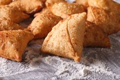 Куча samosas выпечки на floured таблице горизонтально Стоковые Изображения RF