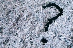 Куча shredded бумаги с символом вопросительного знака стоковые фотографии rf