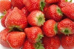 Куча strawberrys на белизне Стоковые Изображения RF