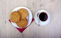 Куча wiyh чашки кофе различных печений shortbread и овса с хлопьями на деревянной предпосылке Стоковая Фотография