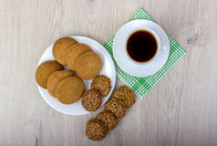 Куча wiyh чашки кофе различных печений shortbread и овса с хлопьями на деревянной предпосылке Стоковое фото RF