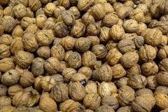 Кучи грецкого ореха в раковине на земледелие †рынка « Стоковое Изображение RF