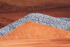 Кучи грязи и гравия на строительной площадке Стоковое фото RF